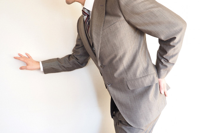 腰痛の男性ビジネスマン