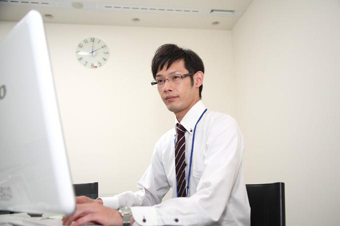 パソコンのディスプレイを見ている男性