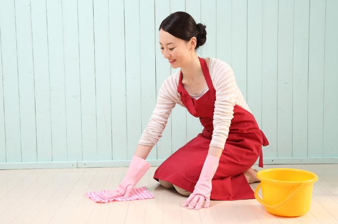 床の掃除をする主婦
