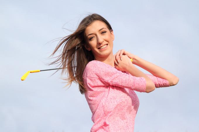 ゴルフのスイングをする外人女性