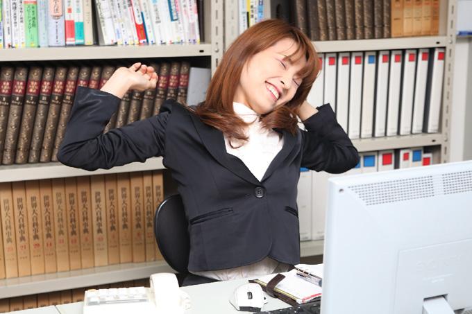 デスクワークで休憩する女性