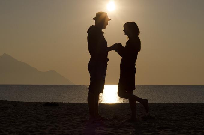 海辺のカップルのシルエット