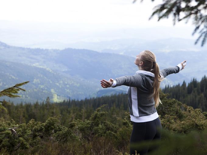 山で深呼吸をする外人女性