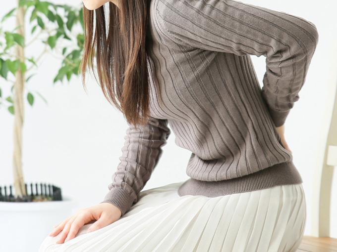 椅子に座ると腰が痛い女性